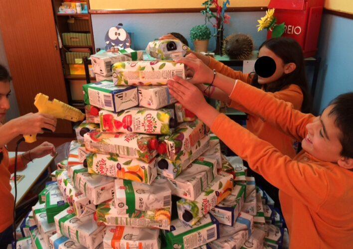 Colagem das embalagens tetra pak para formar estrutura pinheiro
