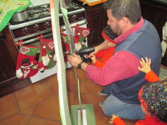 Construção realizada pelo pai, com as crianças, utilizando cola quente para fixar os pacotes Tetra Pak.