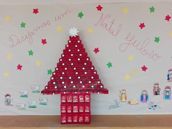 Os 2º e 3º anos resolveram decorar o espaço. Colocaram um presépio.