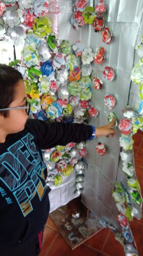 Como é engraçado colar estas flores na árvore. Contámos cerca de 800 flores feitas a partir de embalagens Tetra Pak e da marca Guloso.