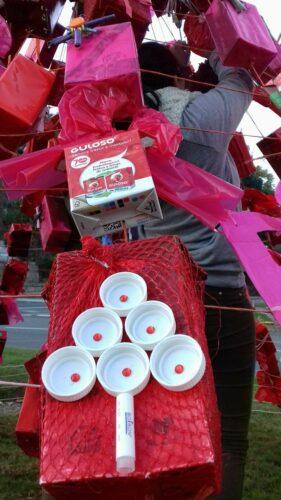 3.ª fase-Montagem da árvore Eco vermelha numa das rotundas da nossa cidade, a fim de participar no Eco Natal, lançado pelo Município de Vila Real;