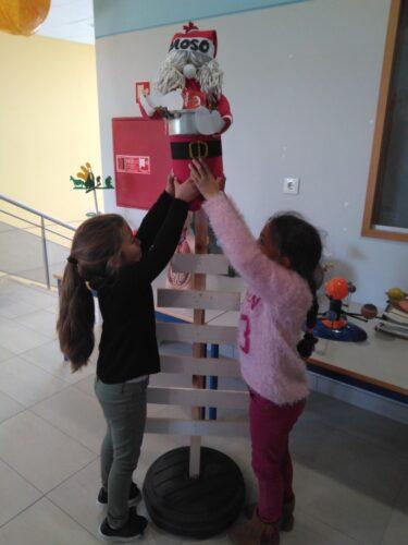 Montando a estrutura da árvore: Alunos do 1º Ciclo, Encarregados de Educação e Professoras da EB Luísa Todi montaram a estrutura da árvore de Natal, com materiais reciclados Guloso.