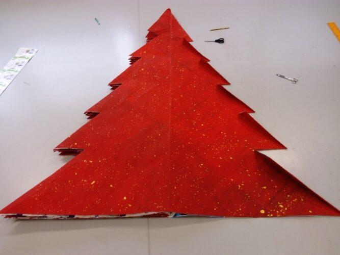 4 - Dobragem do cartão já pintado, utilizando a técnica do origami, para construção da árvore de Natal