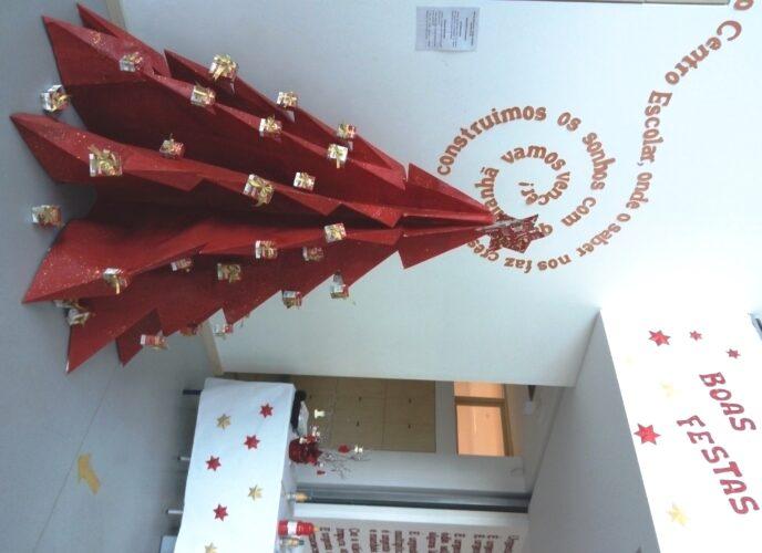 6 - Resultado final do projeto da  Árvore de Natal Guloso no hall de entrada da nossa Escola (árvore com 2 metros de altura).