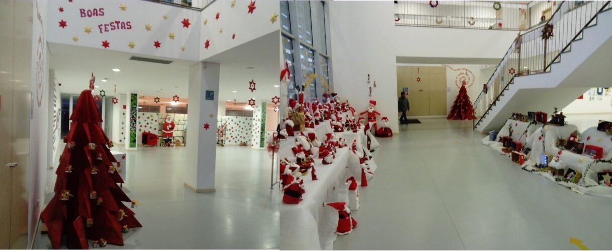 7 - Hall de entrada da Escola, salientando-se a Árvore de Natal Guloso enquadradas com restantes elementos natalícios (coroas, pais natal e presépios) todos construídos com reutilização de materiais.