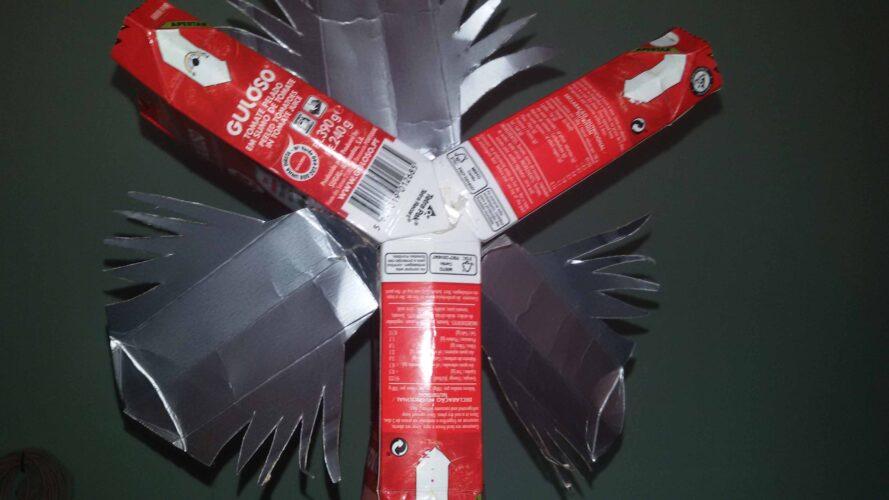 Construção da estrela com pacotes tetra pak da Guloso.