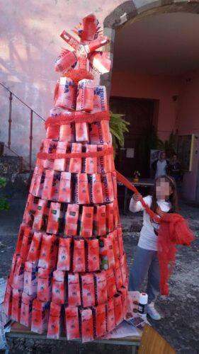 Decoração da árvore reutilizando sacas vermelhas de batatas.