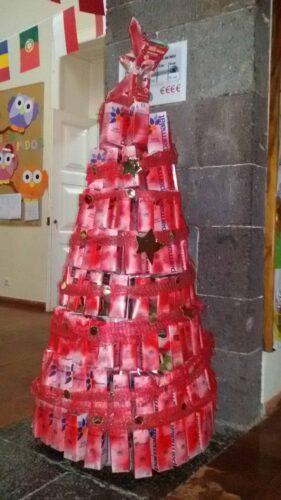 Árvore finalizada com aplicação de estrelas em cartão dourado.