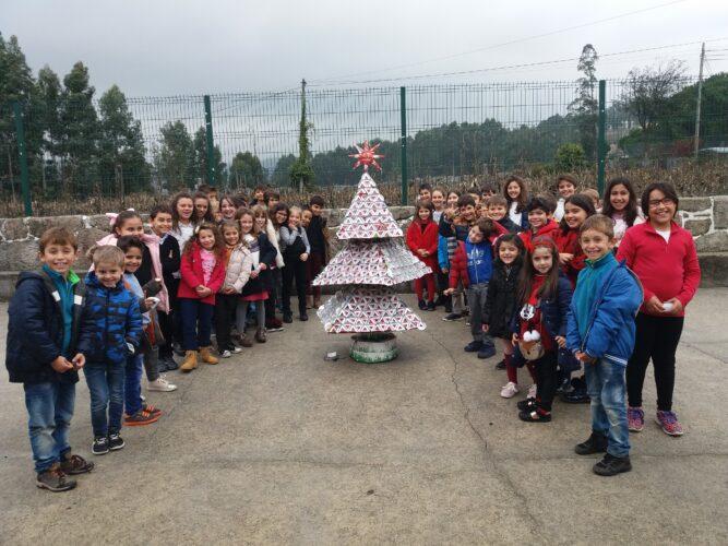 Árvore de Natal concluída, com a presença de todos os alunos da escola.