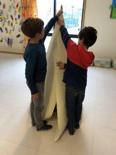Forramos a estrutura de arame com papel.