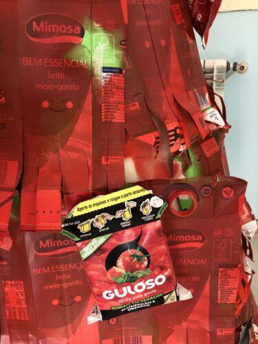 Embalagem da marca Guloso e da embalagem dos pacotes de leite com os símbolos obrigatórios que tinham que constar na árvore.
