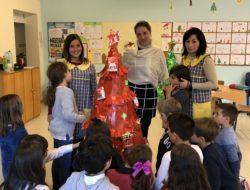 Apresentação da árvore com a equipa coordenadora e com algumas crianças que realizaram o processo.