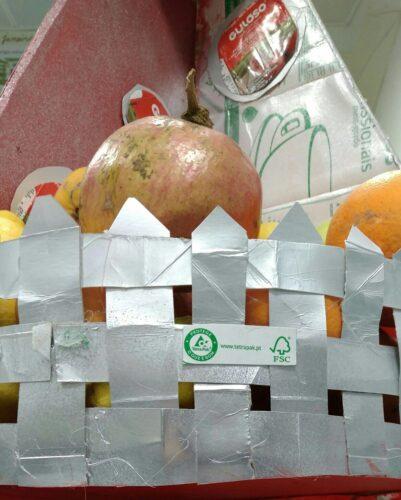 Rede da fruteira, elaborado com os pacotes de leite FSC.