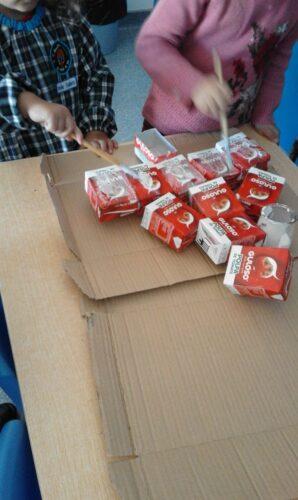 Montagem e colagem das embalagens Guloso para construção da árvore de Natal