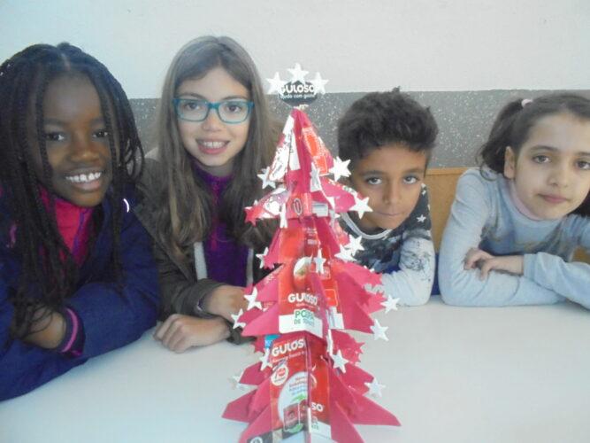 Participantes na elaboração da Árvore de Natal Vermelha