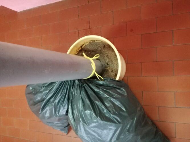 Enchimento dos sacos de lixo e montagem da estrutura da árvore.