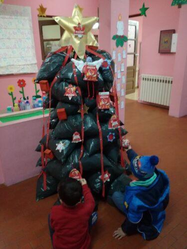 Decoração da árvore com embalagens (Tetra Pak) Guloso.