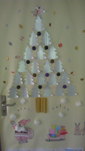 Arvore de Natal de porta de sala de aulaEB Sampaio