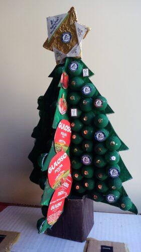 Pinheirinho de Natal, feito com pacotes de leite e três embalagens da marca guloso para a decoração da árvore.