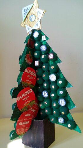 Pinheirinho de Natal, feito com pacotes de leite e três embalagens da marca guloso para a decoração da árvore. Utilizou-se também uns ovinhos de plástico.