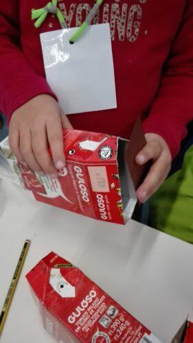 Adequação das embalagens ao efeito pretendido e fechá-las com restos de cartolinas.