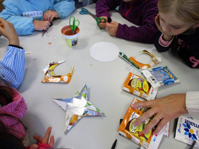 Fizemos estrelas muito coloridas, com os pacotes que a D. Arsénia guardou na cozinha da escola para nos ajudar.