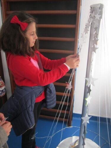 Colar as estrelas numa estruturafeita com fio e arame.