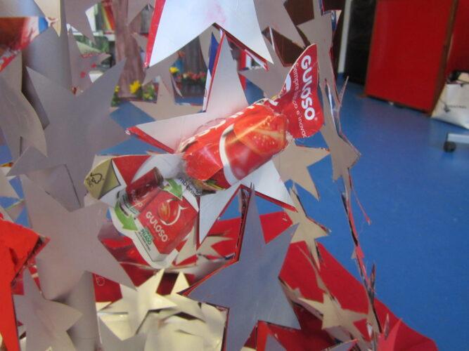 Usamos 4 embalagens da marca Guloso para fazer gulosos rebuçados com que enfeitamos a árvore de Natal.