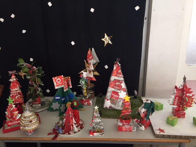 Exposição das árvores no hall da escola.