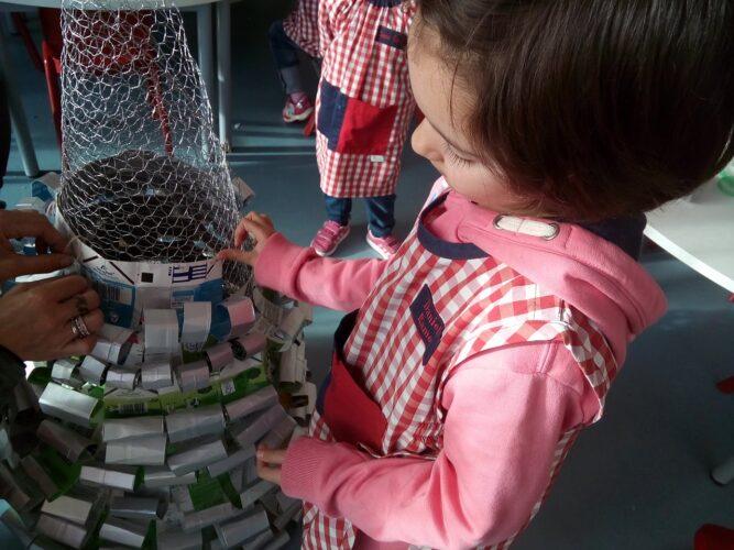 As tiras foram presas a um cone feito com rede de coelheira.