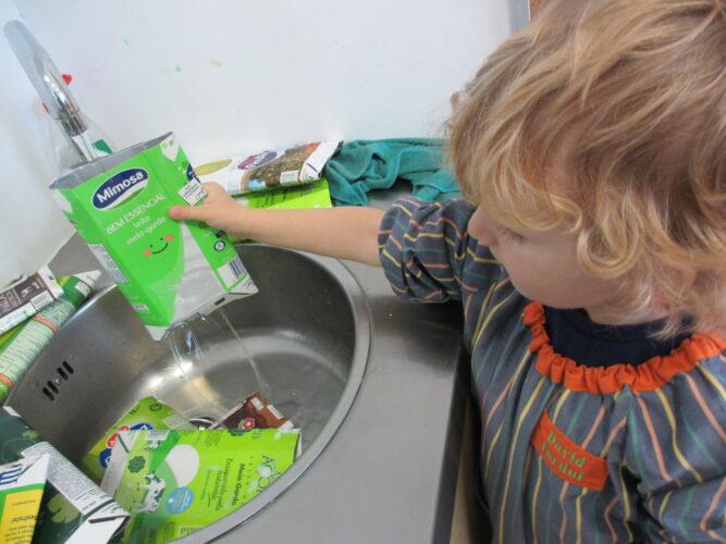 As crianças lavaram as embalagens de tetra pak