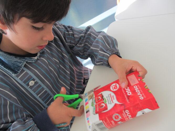 As crianças recortaram bolas das embalagens da Guloso