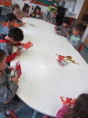 As crianças recortaram estrelas das embalagens da Guloso