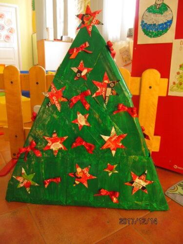 Árvore de Natal com estrelas feitas com embalagens da guloso.