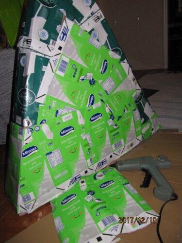 Estrutura da árvore de Natal amiga do ambiente, com papelão forrado de embalagens tetra pak.