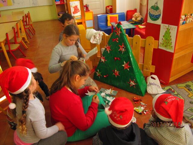 Um grupo está a decorar e a recortar ainda algumas estrelas de natal nas embalagens da guloso.