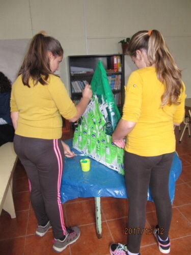 As alunas pintaram a árvore com tinta acrílica verde.