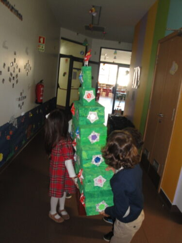 levar a árvore para a entrada da instituição