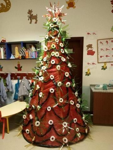 Árvore de Natal 2017/2018, concluída. Toda coberta com saca vermelha e verde - de batatas.