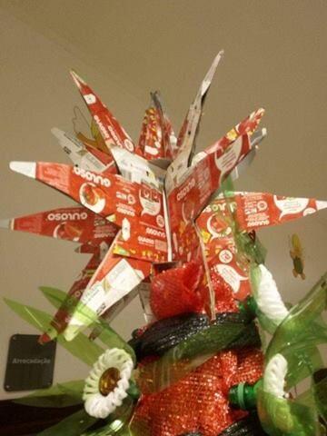 Estrela da árvore de Natal construída com embalagens de Guloso.
