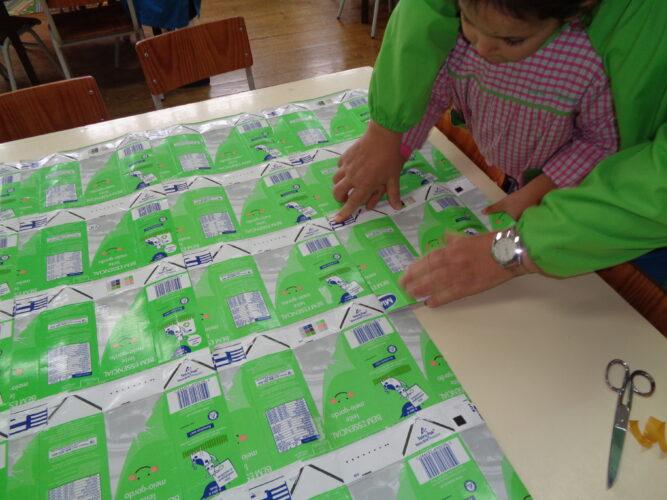 Fizemos um retângulo e usámos 50 pacotes de leite