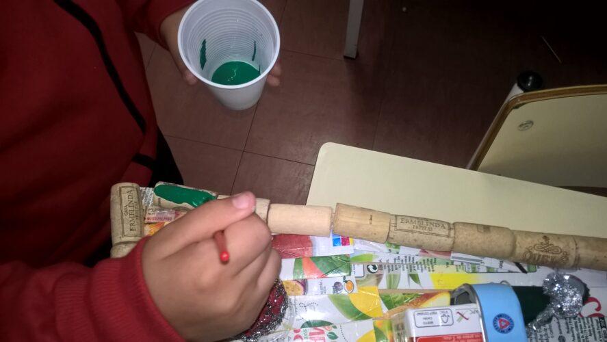 Aluna da turma 2ºA a pintar as rolhas da árvore