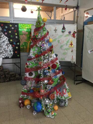 Construção da árvore em progresso no átrio da escola, feita pelos alunos.