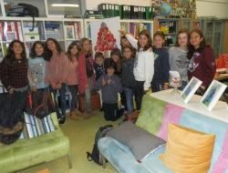 Árvore de Natal Tetra Pak com os alunos que a elaboraram