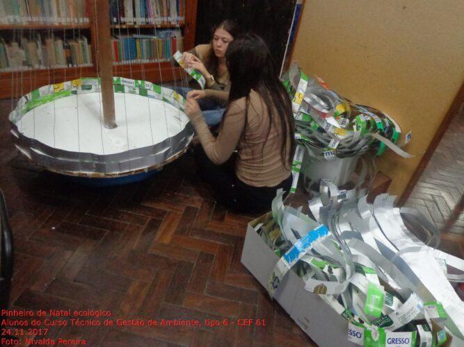 Início do entrelaçado da base do pinheiro toda feita com embalagens de cartão de alimentos líquidos (leite) da marca Tetra Pak