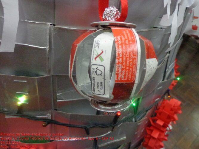 Pormenores de alguns adereços da árvore feitos com 10 embalagens da marca Guloso, onde é evidenciada a marca FSC®, guloso e o símbolo Tetra Pak