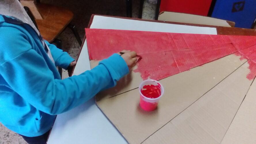 Construção e pintura da pirâmide em cartão, para a forma da árvore de Natal.