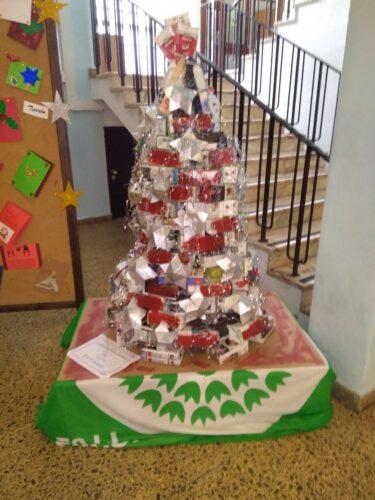 A Árvore Natal Guloso já terminada e identificada e com o estrado colorido de vermelho.