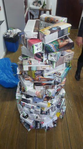 Construção da árvore no gabinete de Artes - pacotes de leite embrulhados em papel de jornal.