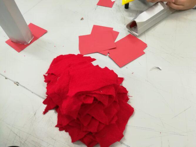 Reutilização de tecidos vários em vermelho para as bases dos Prismas.